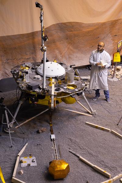 L'atterrisseur ForeSight avec le bras robotique en position verticale pour la capture du grappin (© NASA/JPL-Caltech/IPGP/Philippe Labrot).