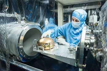 Removing the SEIS sphere from the gas-tight chamber (¬© Hervé Piraud/IPGP/SODERN/CNES).