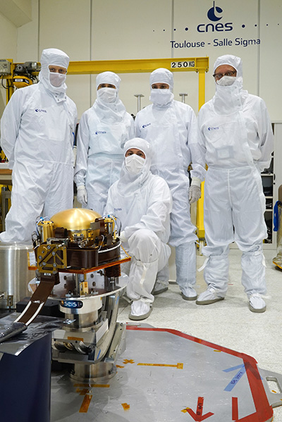 Members of the CNES technical team with the flight model of the SEIS seismometer (© CNES/MARTIN Emmanuelle)..