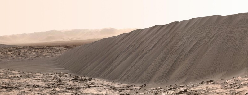 A dune of black sand photographed by the Curiosity rover inside the Gale impact crater (© NASA/JPL-Caltech/MSSS).