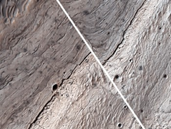 A magnificent fault slip on Mars (white line) observed by the American Mars Reconnaissance Orbiter (© NASA/JPL/University of Arizona).